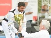 Губернатор Киевской области Анатолий Присяжнюк вручает награду победителю гонок